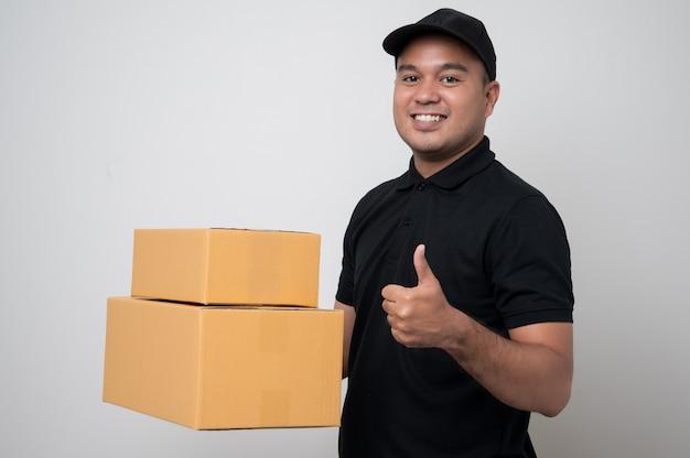 Azjatycki człowiek dostawy w mundurze gospodarstwa pole
