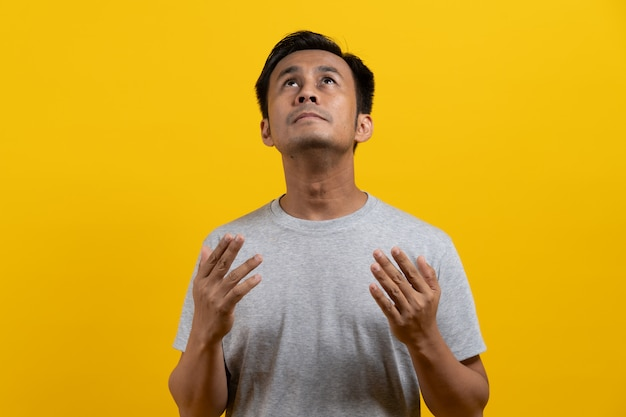 Azjatycki człowiek modli się.
