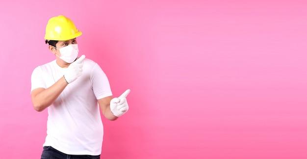 Azjatycki człowiek pracownik przemysłu lub inżynier pracujący jako budowniczy architekt szczęśliwy podekscytowany podnosząc pięści w studio z miejsca kopiowania, koncepcja międzynarodowego święta pracy.