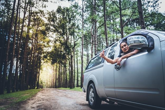 Azjatycki człowiek prowadzenie furgonetki trudnymi ścieżkami