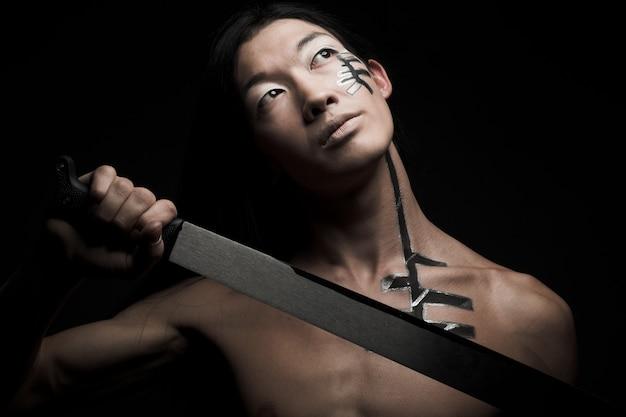 Azjatycki człowiek z kataną