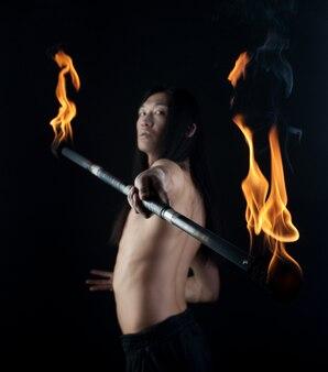 Azjatycki człowiek z kija ognia