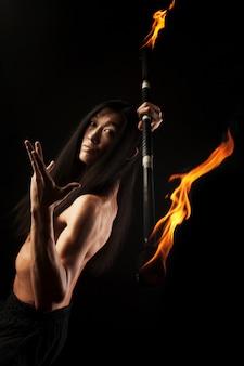 Azjatycki człowiek z pokazem ognia