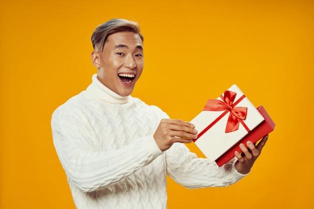 Azjatycki człowiek z prezentem