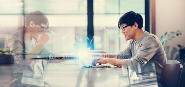 Azjatycki człowiek za pomocą laptopa połącz się z szybkim internetem technologia bezprzewodowa 5g praca w domu