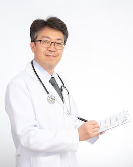 Azjatycki doktorski ono uśmiecha się, odizolowywający na bielu,