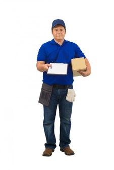 Azjatycki doręczeniowy mężczyzna pracuje w błękitnej koszula z talii torbą dla wyposażenie ręki mienia pakuneczka i przedstawia odbiorczą formę dla podpisywać odosobnioną biel powierzchnię