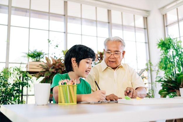 Azjatycki dziadek na emeryturze i jego wnuk spędzają razem czas w izolacji w domu.