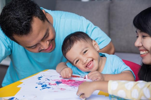 Azjatycki Dzieciak Maluje I Rysuje Premium Zdjęcia