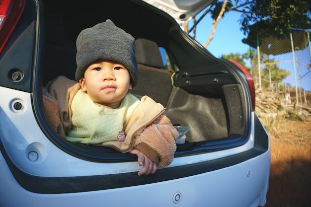 Azjatycki dzieciak w samochodzie
