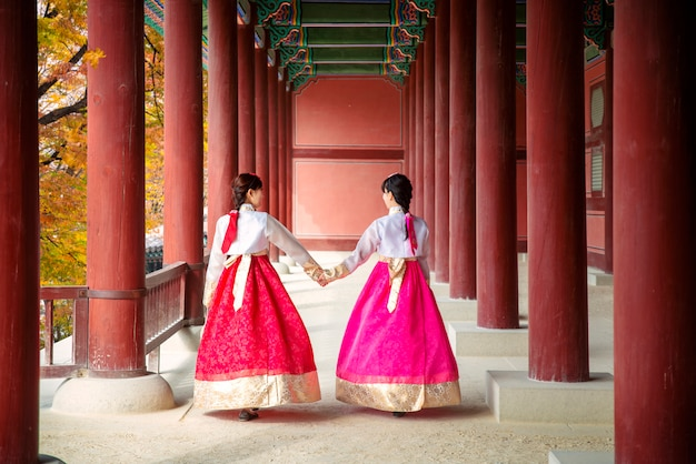 Azjatycki dziewczyna spacer w jesień liści parku i starym pałac w seul mieście