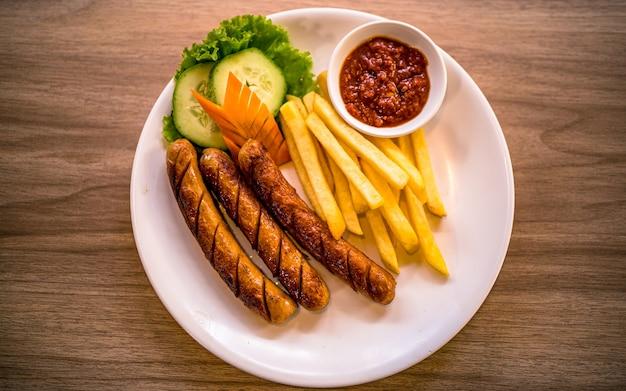 Azjatycki fast food pikantna grillowana kiełbasa i warzywo w katmandu nepal
