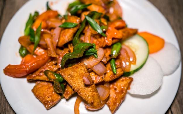 Azjatycki fast food pikantne grillowane tofu i warzywo w katmandu nepal