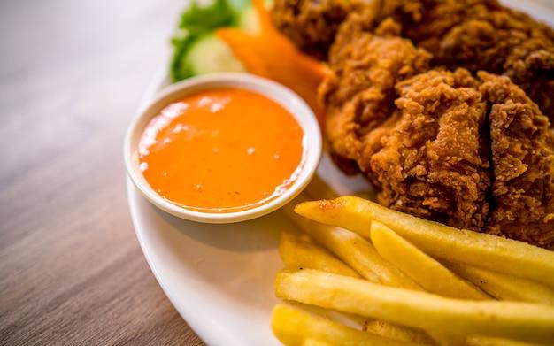 Azjatycki fast food pikantny grillowany kurczak i warzywa w katmandu nepal