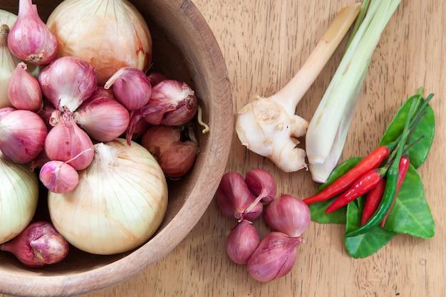 Azjatycki gorący i pikantny składnik żywności z cebulą w drewnianej misce, płaski świeży, widok z góry