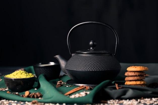 Azjatycki herbaciany czas w domu z zieloną matcha