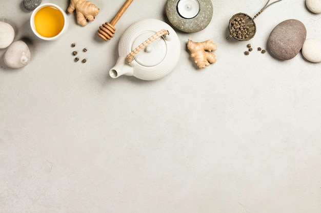 Azjatycki herbata set i zdrojów kamienie na betonowym tle