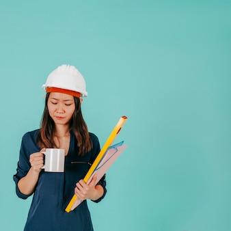 Azjatycki inżynier patrzeje kubek