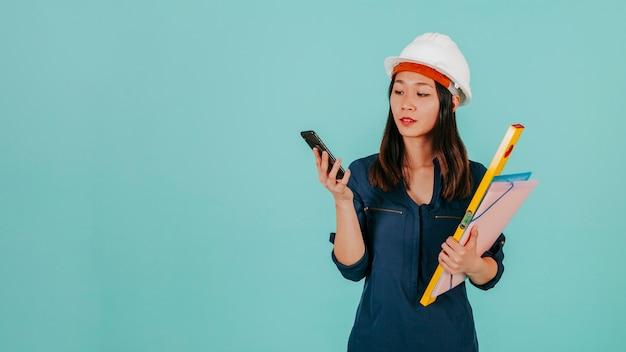 Azjatycki inżynier wyszukuje smartphone