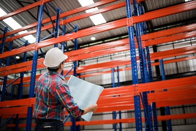 Azjatycki inżyniera mężczyzna pracuje w budynek fabryce