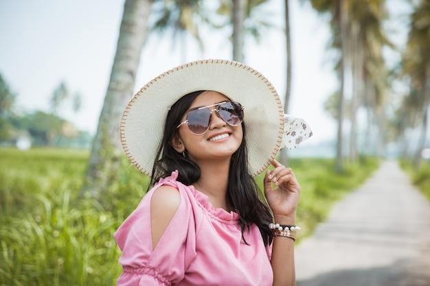 Azjatycki kobieta letni dzień w tropikalnej wyspie