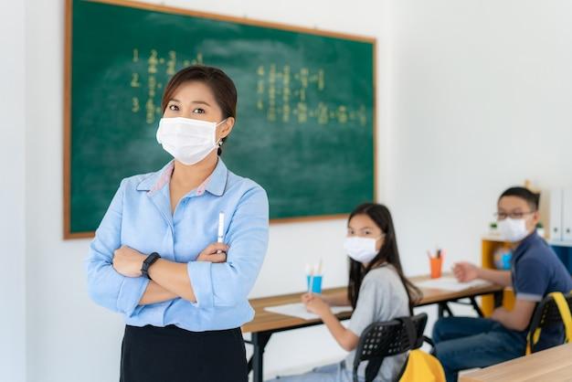 Azjatycki kobieta nauczyciel jest ubranym maski