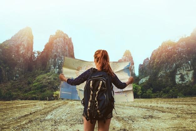 Azjatycki kobieta podróż sen relaksuje. żeńscy podróżnicy podróżują natury góry mapy nawigację