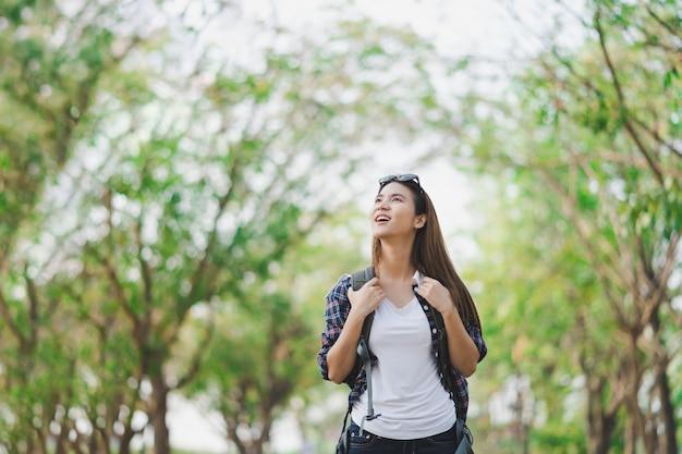 Azjatycki kobieta podróżnik