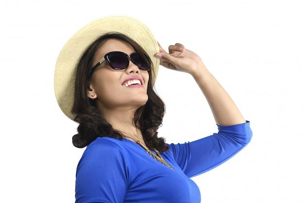 Azjatycki kobieta portret jest ubranym kapelusz i okulary przeciwsłonecznych