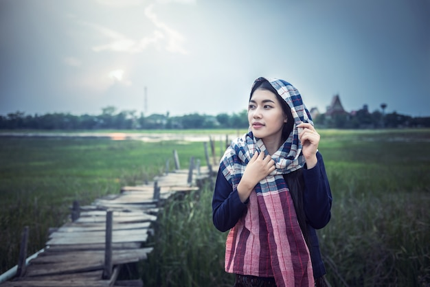 Azjatycki kobieta rolnik przy wsią tajlandia