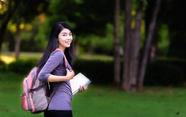 Azjatycki kobieta student collegu na kampusie