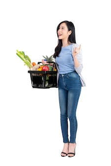 Azjatycki kobiety mienia zakupy kosz pełno warzywa i sklepy spożywczy