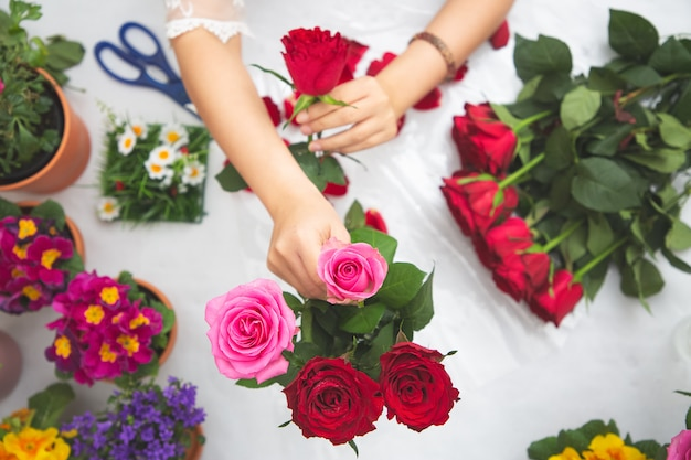 Azjatycki kobiety narządzanie kwitnie dla sprzedaży klienci w sklepie