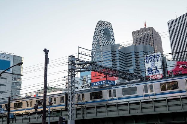 Azjatycki krajobraz miejski z pociągiem