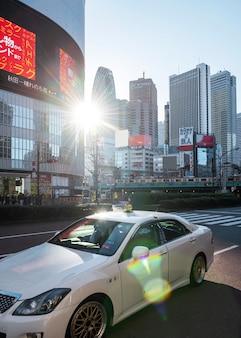 Azjatycki krajobraz miejski z samochodem