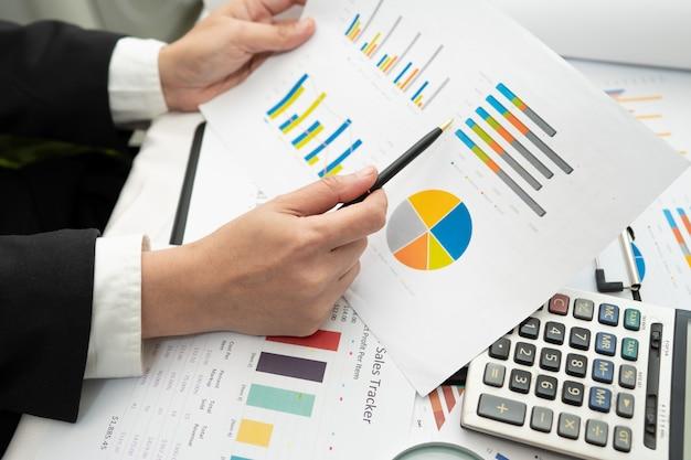 Azjatycki księgowy pracuje i analizuje projekt raportów finansowych.