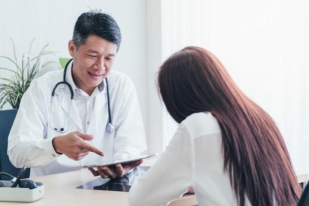 Azjatycki lekarz i pacjent dyskutują