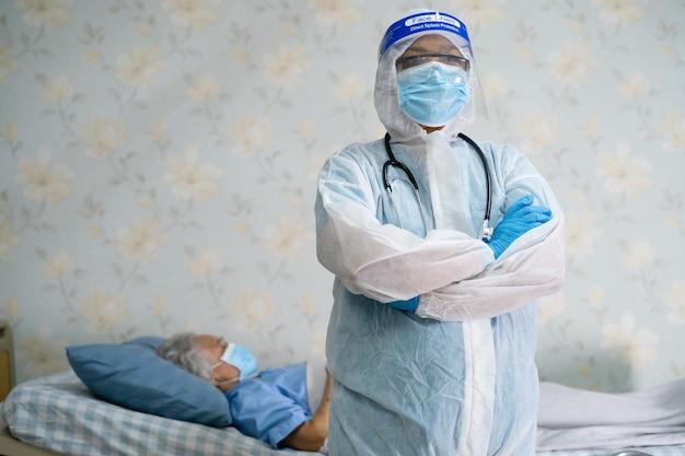 Azjatycki lekarz noszący kombinezon ppe w celu ochrony koronawirusa covid-19.
