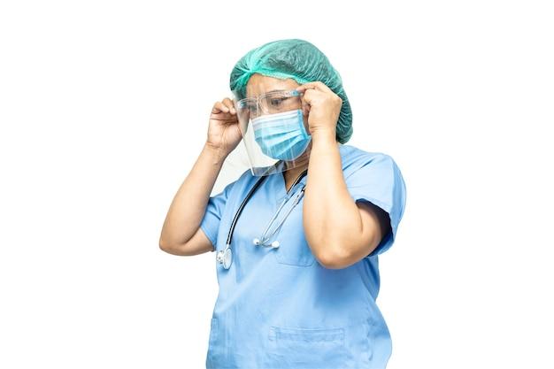Azjatycki lekarz noszący maskę, osłonę twarzy i strój ppe nowy normalny izolowany