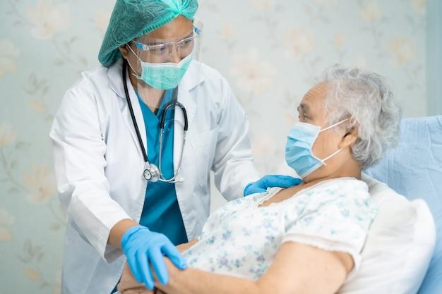 Azjatycki lekarz noszący ppe w celu ochrony koronawirusa covid-19.