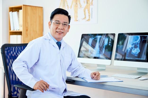 Azjatycki lekarz pracuje w biurze
