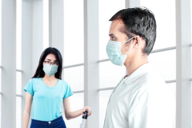 Azjatycki lekarz sprawdzający stan zdrowia kobiety przed podróżą do szpitala. badanie lekarskie przed podróżą