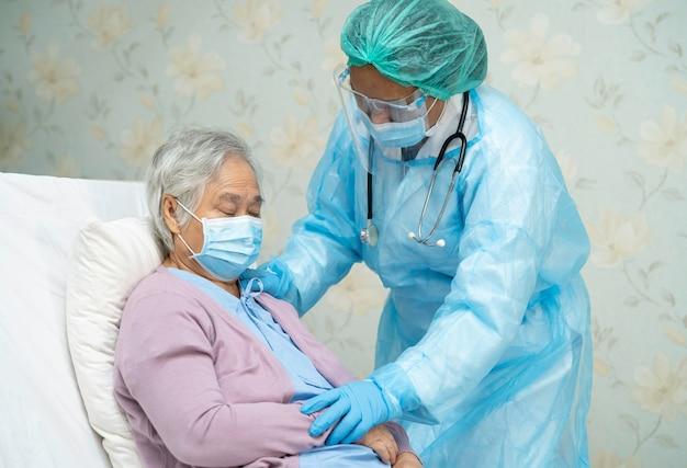 Azjatycki lekarz w kombinezonie ppe w celu ochrony koronawirusa covid-19.