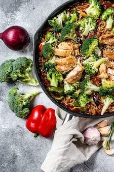 Azjatycki makaron jajeczny z warzywami i mięsem na patelni. widok z góry