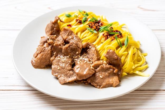 Azjatycki makaron smażony z wieprzowiną