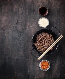 Azjatycki makaron soba z różnymi dressingami
