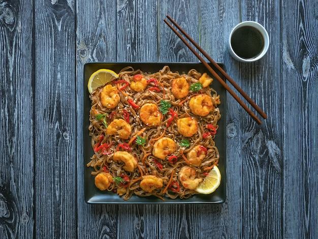 Azjatycki makaron udon ze smażonymi krewetkami