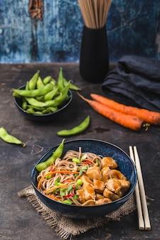 Azjatycki makaron z kurczakiem i pałeczkami