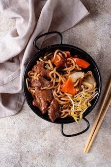 Azjatycki makaron z mięsem i warzywami