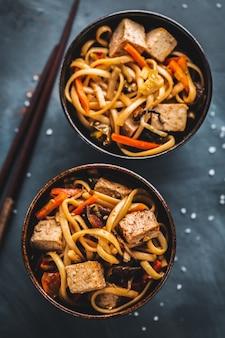 Azjatycki makaron z tofu z serem